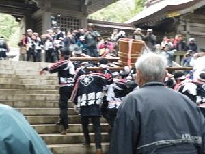 弥彦神社 弥彦湯かけまつり 階段