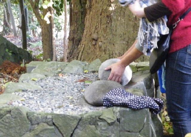 弥彦神社 火の玉石 重い石 軽い石
