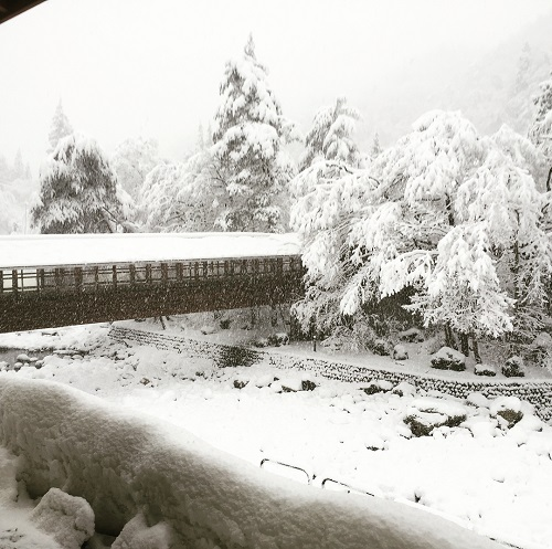 御神楽温泉あすなろ荘 川の中州のお風呂 渡り廊下 冬の景色 新潟県阿賀町