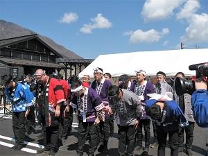 弥彦村 おもてなし広場 オープニングセレモニーの様子、画像