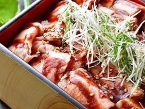 ひなの宿 ちとせ(宿)温泉で熟成させた低温調理の湯治豚重定食です。